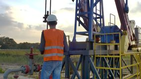 Ingegnere Inspects Oil Rig stock footage