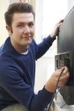 Ingegnere Installing New Television della televisione a casa Immagine Stock