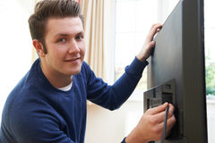 Ingegnere Installing New Television della televisione a casa fotografia stock libera da diritti