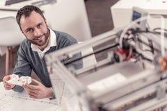 Ingegnere laborioso che crea le disposizioni sulla stampante 3D immagini stock libere da diritti