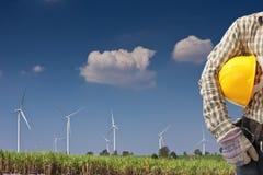 Ingegnere nella stazione del generatore di corrente di turbina di vento Fotografie Stock