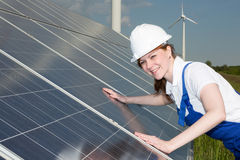 Ingegnere o installatore che ispeziona i pannelli a energia solare fotografie stock libere da diritti
