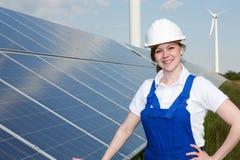 Ingegnere o installatore che posa con i pannelli solari fotografia stock libera da diritti