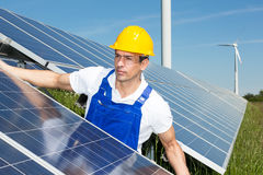 Ingegnere o installatore fotovoltaico che installa pannello solare immagine stock