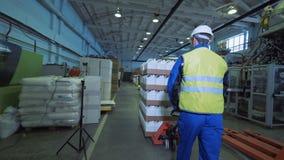 Ingegnere professionista che controlla lavoro del trasportatore automatizzato, macchina della fabbrica stock footage