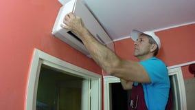 Ingegnere Repairing Air Conditioner video d archivio