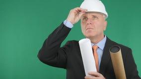 Ingegnere serio Keep il suo casco con la mano e cercare immagini stock