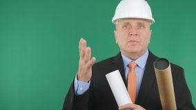 Ingegnere sicuro e serio Image With Plans e progetti a disposizione che parlano e immagini stock