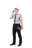 Ingegnere sorridente che per mezzo del walkie-talkie Immagine Stock