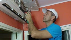 Ingegnere Testing Air Conditioner con lo strumento di misura di Digital video d archivio