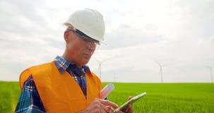 Ingegnere Using Mobile Phone mentre distogliendo lo sguardo azienda agricola video d archivio