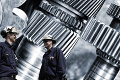 ingegneri con gli ingranaggi ed i denti di titanio e d'acciaio Fotografia Stock Libera da Diritti