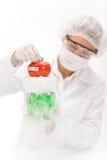 Ingegneria genetica - scienziato in laboratorio Fotografia Stock