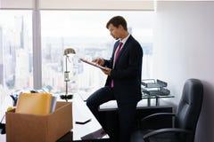 Ingehuurde enkel Manager Business Man Moves aan Nieuw Bureau stock afbeelding