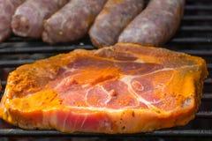 Ingelegd lapje vlees op de grill stock afbeeldingen