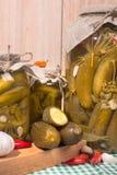 Ingelegde augurken in glaskruiken Stock Foto's