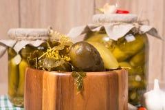 Ingelegde augurken in glaskruiken Stock Foto