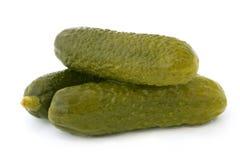 Ingelegde die komkommers op witte achtergrond worden geïsoleerd Royalty-vrije Stock Foto