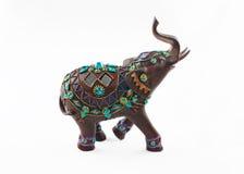 Ingelegde edelstenen houten olifant die op witte achtergrond wordt geïsoleerdr stock afbeeldingen