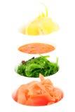 Ingelegde gember, chuka overzees onkruid, hete saus en citroen. Stock Afbeelding
