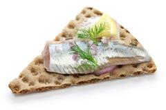 Ingelegde haringen op kernachtig brood stock afbeeldingen