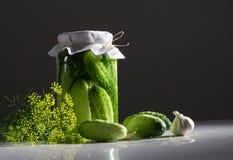 Ingelegde komkommers stock afbeelding
