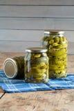 Ingelegde komkommers stock afbeeldingen