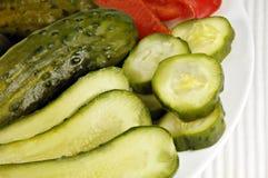 Ingelegde Komkommers die op een Schotel worden geschikt Stock Afbeeldingen