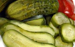 Ingelegde Komkommers die op een Schotel worden geschikt Royalty-vrije Stock Foto's