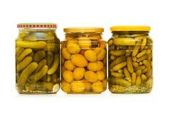 Ingelegde komkommers en olijven Stock Afbeelding