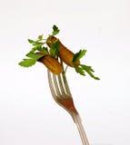 Ingelegde komkommers en Peterselie op vork Stock Foto's