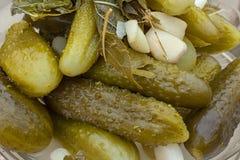 Ingelegde komkommers, voedselachtergrond Stock Afbeeldingen