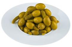 Ingelegde olijven in witte plaat Royalty-vrije Stock Foto