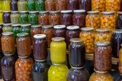 Ingelegde vruchten en groenten voor verkoop bij stadsmarkt baku stock foto's