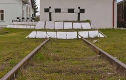 Ingen återvändsgränd - till och med tecken för drevjärnvägtrafik isolerade den gamla grungy järnväg stoppsignalen Fotografering för Bildbyråer