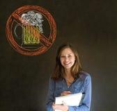 Ingen ölalkoholkvinna på svart tavlabakgrund arkivfoto