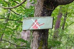 Ingen brand undertecknar in skogen och berg nära Budva Arkivfoton