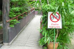 Ingen cykelväg tecken-gör cykla inte, skriver in inte för detta område royaltyfri foto