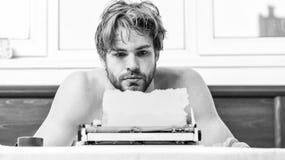 Ingen dag utan kapitel Tappningskrivmaskinsbegrepp Man som skriver den retro skrivande maskinen Manliga h?nder skriver ber?ttelse arkivbild