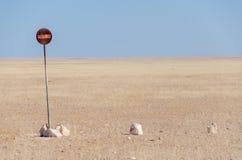 Ingen förböd tillträde eller passage undertecknar in mitt av den Namib öknen som framme isoleras av blå himmel Arkivbild
