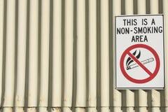 Ingen fara - röka område underteckna på byggnad Arkivbilder