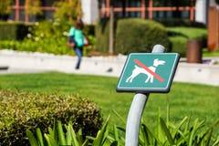 Ingen hundkapplöpning som är tillåten på gräsområdestecknet Royaltyfri Foto