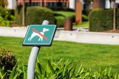 Ingen hundkapplöpning som är tillåten på gräsområdestecknet Fotografering för Bildbyråer