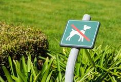 Ingen hundkapplöpning som är tillåten på gräsområdestecknet Royaltyfri Fotografi