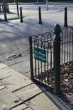 Ingen hundkapplöpning som inga cyklar undertecknar på ingången till ett offentligt område Royaltyfria Bilder
