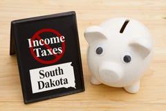 Ingen inkomstskatt i tillståndet av det South Dakota meddelandet med en spargris royaltyfri foto
