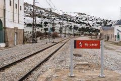 Ingen inkräkta röd signal i järnvägstation i bygd Royaltyfri Foto
