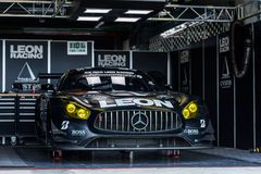 Ingen 65 K2 R&D Leon Racing Team Mercedes SLS AMG GT3 i gropar under på runda 7 för Chang Super GT lopp 2017 royaltyfria bilder