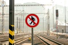 Ingen korsning tecken på järnvägplattformen Arkivfoto