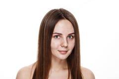 INGEN naturlig ren framsida för MAKEUP av den unga brunettflickan utan inget M Arkivfoto